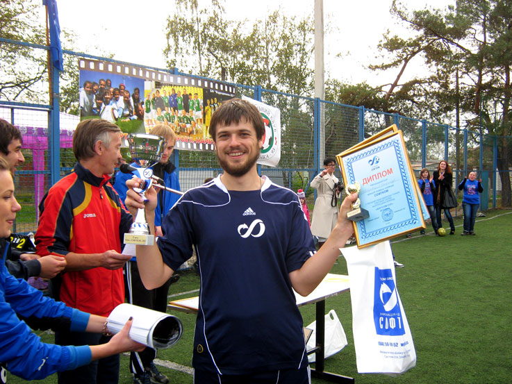 Капитан команды СОФТКОМ получает малый кубок за залуженное 2 место