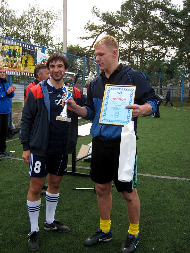 Лучший игрок турнира - Максим Трохимчук и управляющий партнер СОФТКОМ - Сергей Бобровский